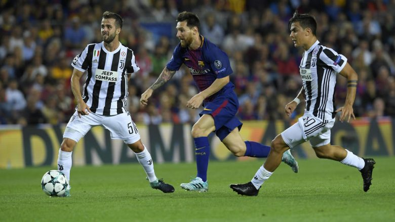 Barcelona's forward from Argentina Lionel Messi (C) vies with Juventus' midfielder from Bosnia-Herzegovina Miralem Pjanic (L) and Juventus' forward from Argentina Paulo Dybala during the UEFA Champions League Group D football match FC Barcelona vs Juventus at the Camp Nou stadium in Barcelona on September 12, 2017. / AFP PHOTO / LLUIS GENE