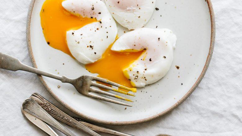 Përgatitni vezë të ziera pa lëvozhgë për kafjall! (Video)