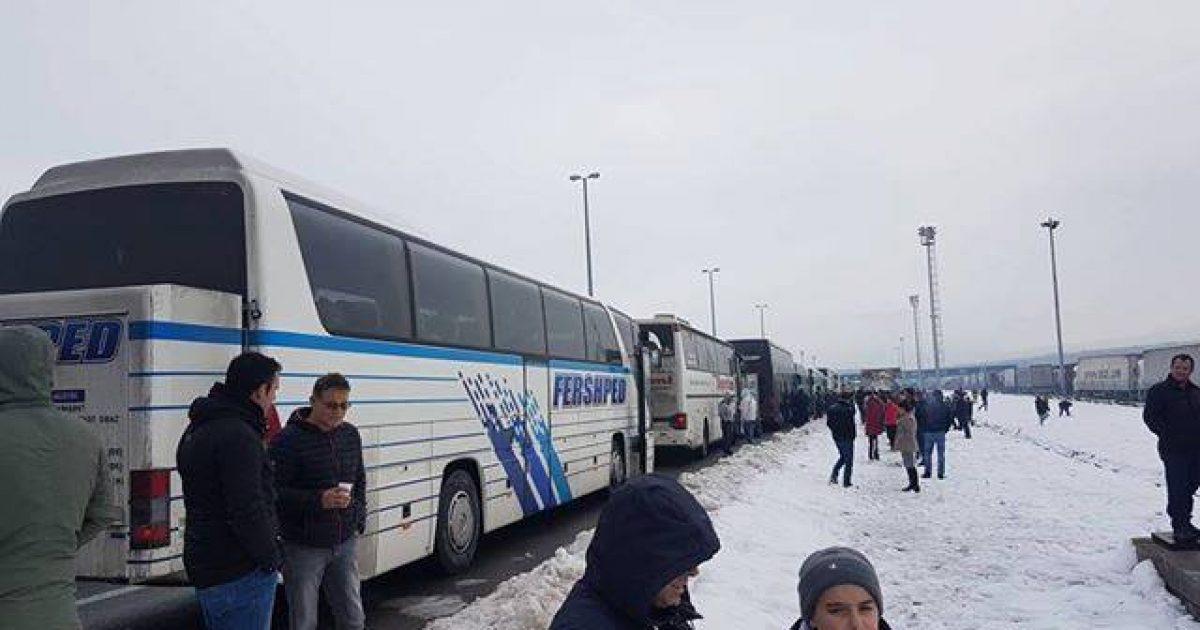 Mërgimtarët kosovarë po përballen me pritje të gjata në kufirin Kroaci-Serbi (Video)