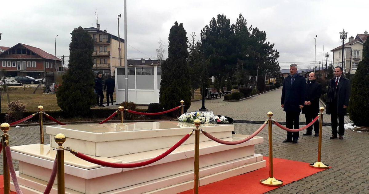 Thaçi bën homazhe te varri i Rugovës dhe Demaçit