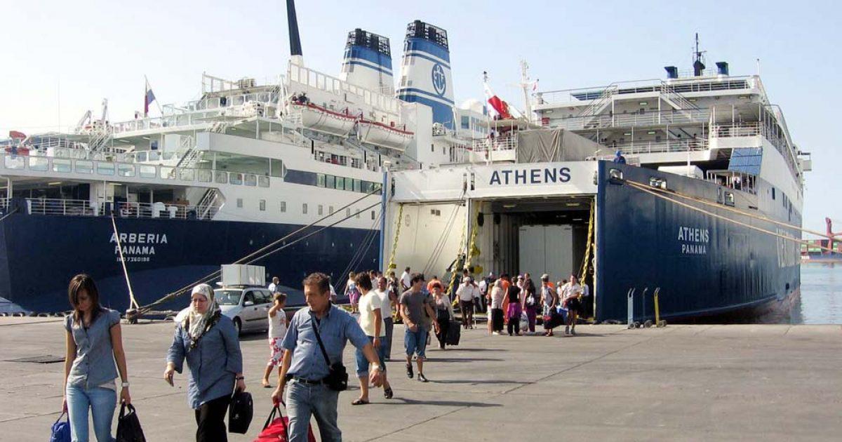 Festat e fundvitit, fluks emigrantësh në portin e Vlorës