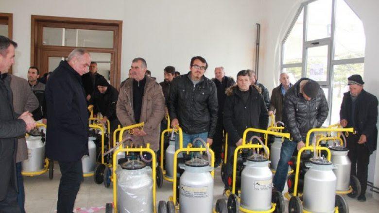 Komuna e Istogut ndihmon fermerët me makina mjelëse
