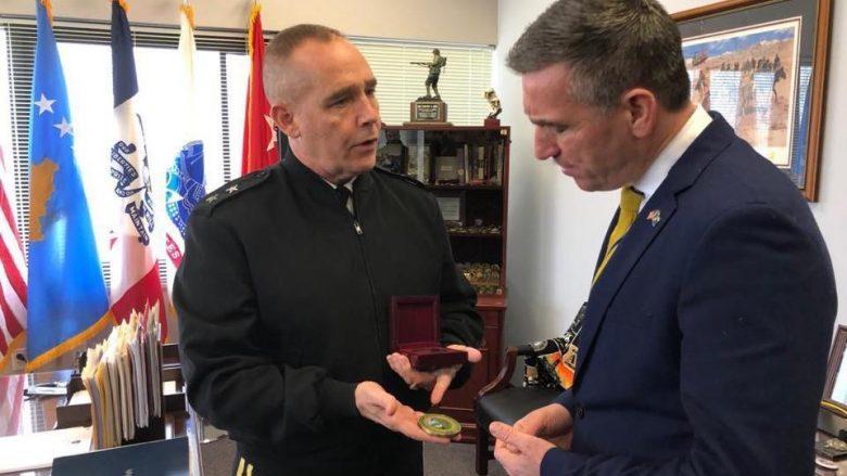 Veseli vizitoi Gardën Kombëtare të Iowa-s, merr përkrahje për Ushtrinë