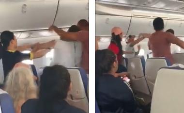 Pasagjeri i dehur sulmon të tjerët në aeroplan, piloti detyrohet të bëjë ulje emergjente (Video, +16)