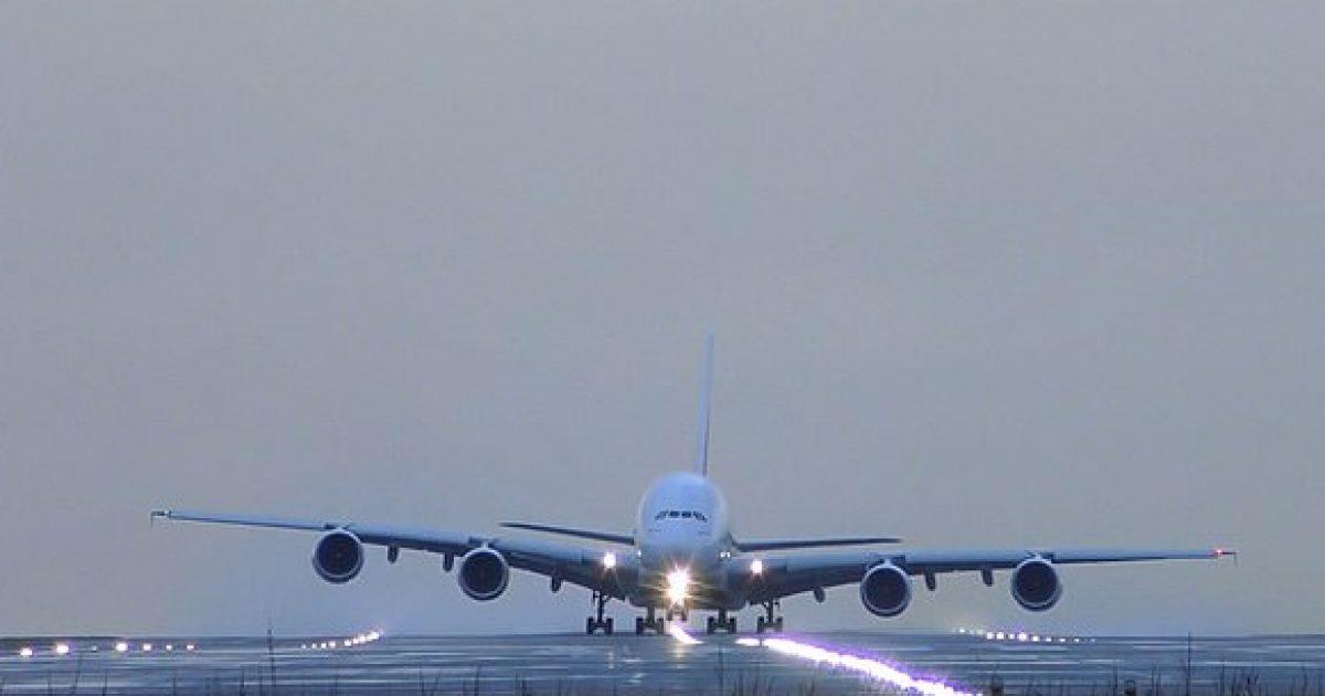 Aeroplani gjigant mezi arrin të ngrihet në ajër për shkak të erërave të forta, që frynin me 80 kilometra në orë (Video)