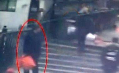 Binjaket e porsalindura i hedh në kontejnerët e mbeturinave, policia kineze vihet në kërkim të burrit (Video)