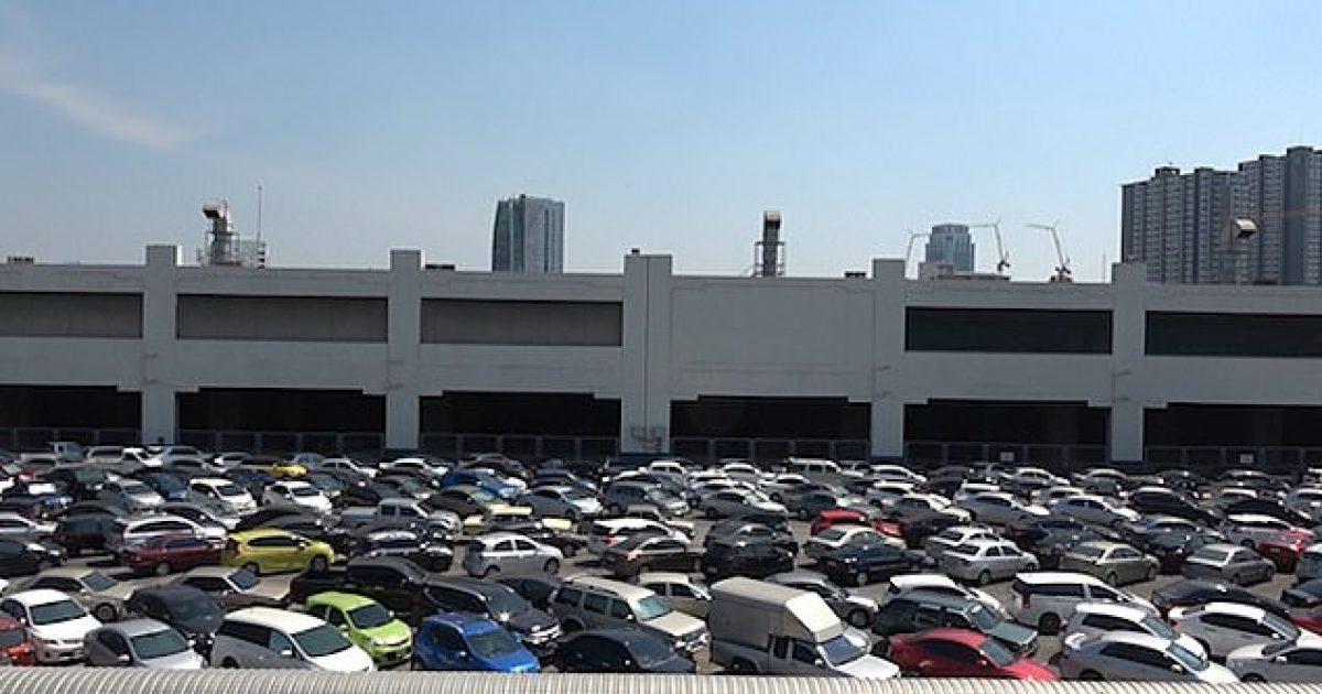 Për të shmangur pagesën në vende tjera, qindra mijëra shoferë në Bangkok parkojnë veturat pak centimetra larg njëra-tjetrës në një parking pa pagesë (Video)