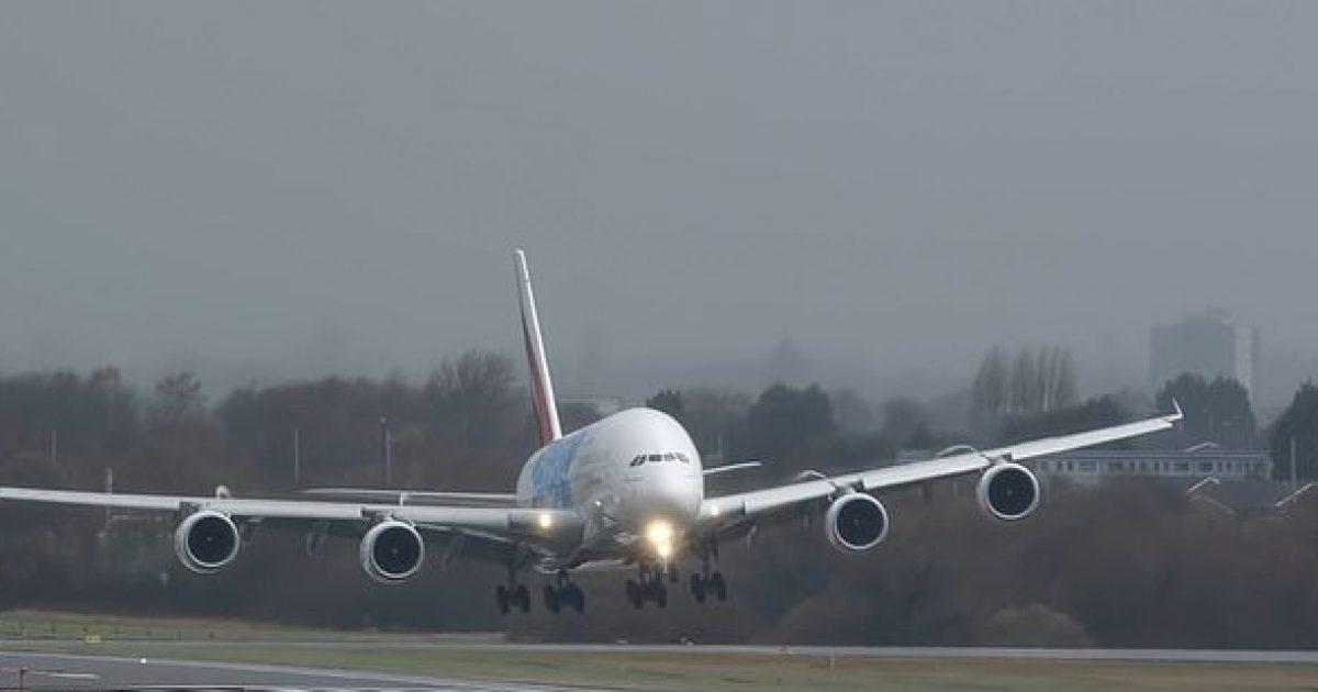 Erërat e forta bënë që aeroplani gjigant të lëviz anash, derisa piloti tentonte ta zbriste në pistën e aeroportit të Birminghamit (Video)