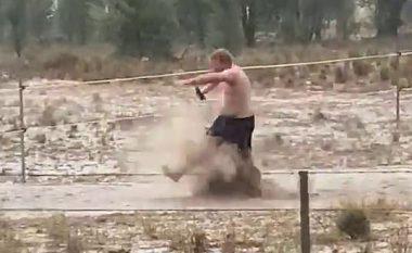Filloi të binte shiu shumë i nevojshëm, fermeri feston gjysmë i zhveshur në baltë (Video)