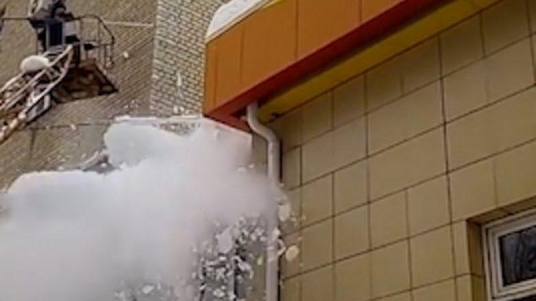 Deshi ta thyej copën e madhe të akullit të varur në maje të ndërtesës që ua rrezikonte jetën, ajo shkëputet dhe shkatërron dyert e hyrjes (Video)