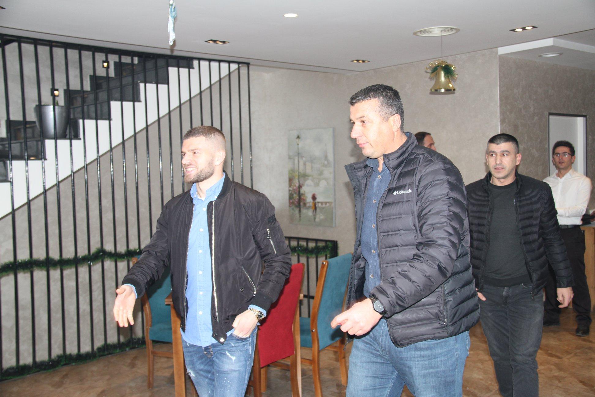 Valon Berisha viziton klubin e Llapit, takohet me kryesinë, trajnerët dhe lojtarët