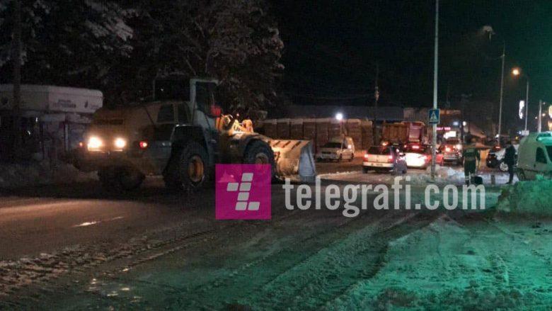 Në Deçan, kompania për pastrimin e rrugëve largon borën edhe nga trotuaret (Foto)