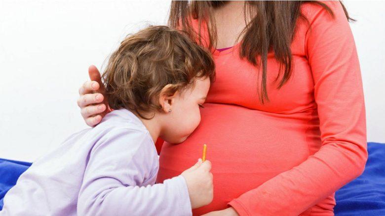 A mund ta ushqej fëmijën me qumësht gjiri tash kur jam shtatzënë?