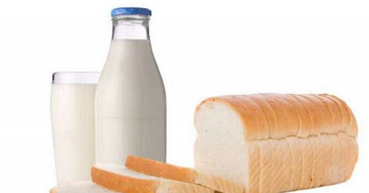 Familja që feston Vitin e Ri me bukë dhe qumësht në tryezë (Video)