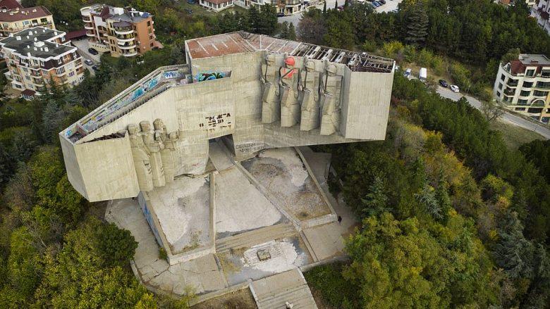 Bullgaria nga një dimension tjetër: Pamjet nga droni shfaqin ndërtesat e braktisura sovjetike, të vendosura në peizazhe përrallore (Foto)