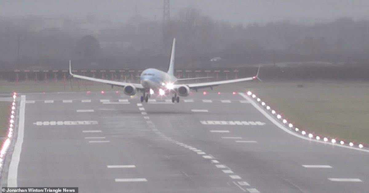 Erërat me shpejtësi prej 130 kilometrave në orë, iu shkaktuan probleme aeroplanëve derisa ngiheshin dhe aterronin në pistë (Video)