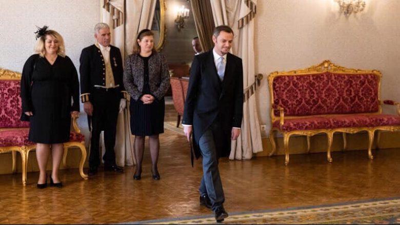 Ambasadori Kryeziu me paraqitje elegante gjatë dekretimit në Portugali, veshur me kreacion të stilistes Diba Celina