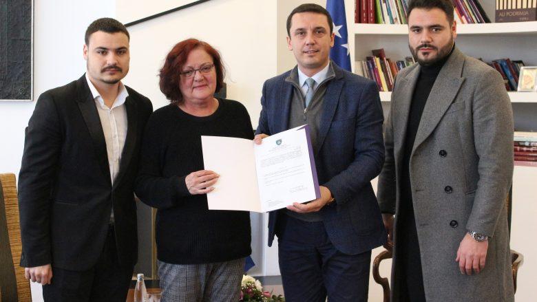 Fadil Vokrrit i njihet statusi i qytetarit me merita të veçanta, MKRS ia dorëzon vendimin familjes së legjendës