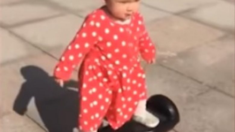 Ka vetëm 14 muaj, aftësitë saj në manovrimin e hoverboardit janë të mahnitshme (Video)