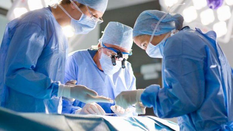 Kreu gjashtë intervenime pandërprerë, kirurgun e zuri gjumi duke mbajtur dorën e operuar të pacientit (Foto)