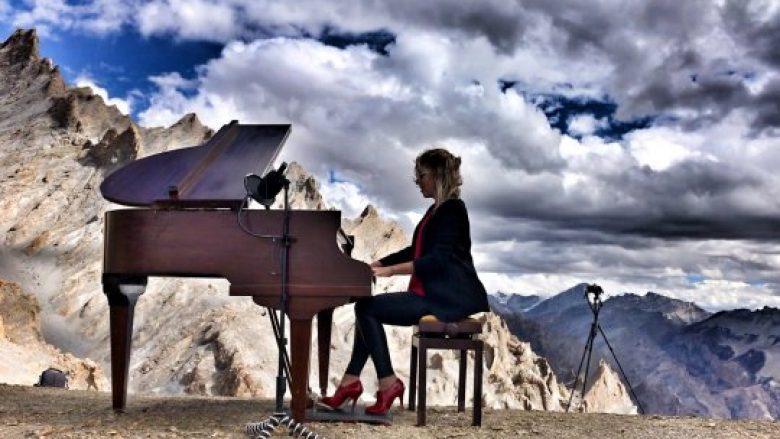 Pianistja arrin rekord, interpreton muzikë klasike në lartësinë më të madhe ndonjëherë (Video)