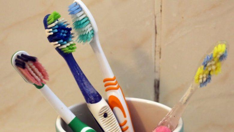 Qiramarrësit shfaqin brushat e dhëmbëve që i gjetën në banesa (Foto)