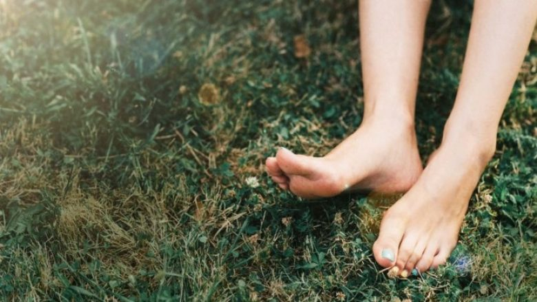 Shkenca tregon çfarë i ndodh trupit të njeriut kur ecim zbathur në tokë