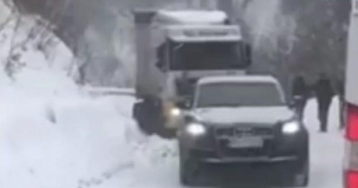 Pamje të rralla: Momenti kur vetura Audi Q7 nxjerr një kamion të bllokuar në borë (Video)