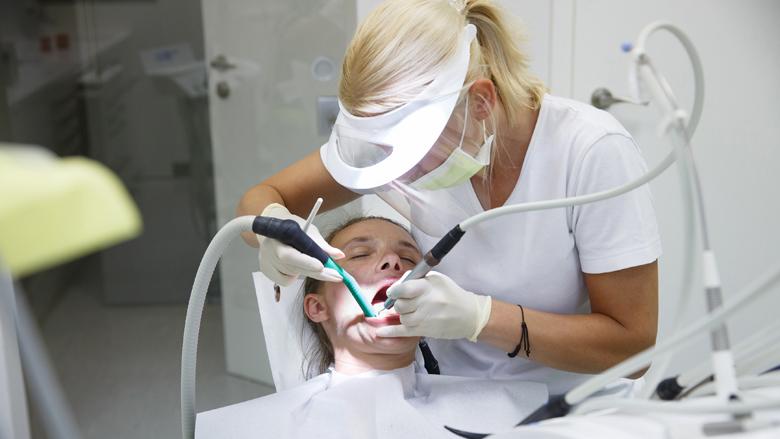 Sa shpesh duhet të pastrojmë gurëzit e dhëmbëve?