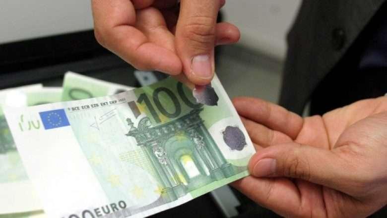 E mbush veturën me karburant, paguan me 100 euro të falsifikuara