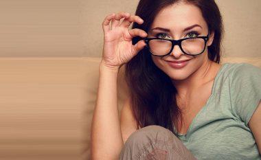 Nëntë mënyra të lehta që t'i eliminoni gërvishtjet nga xhami i syzeve