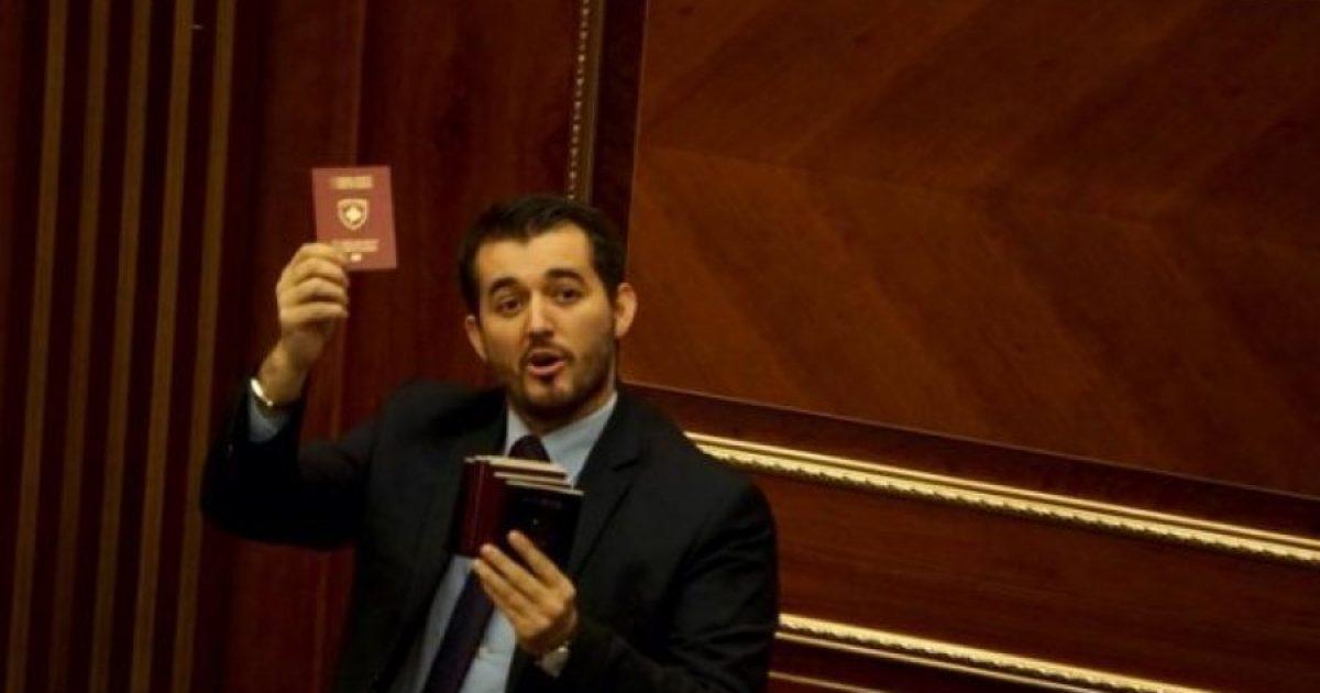 Labinot Tahiri i thotë Liburn Aliut: Dil edhe ti dorëzo pasaportat