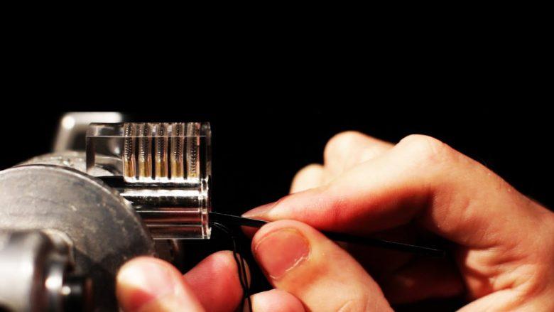 Si ta hapni derën me ndihmën e kapëseve të flokëve për vetëm 60 sekonda