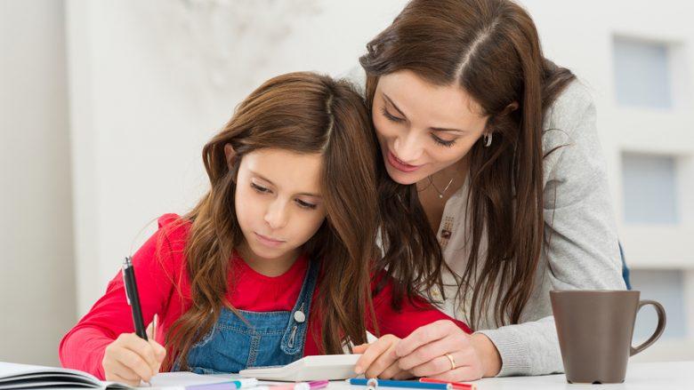 Kur nëna kujdeset tepër për fëmijën: Kjo nuk është dashuri, është problem!