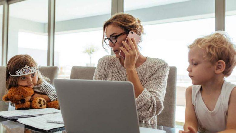 Nënat me dy fëmijë dhe orar të plotë të punës janë 40% më të stresuara