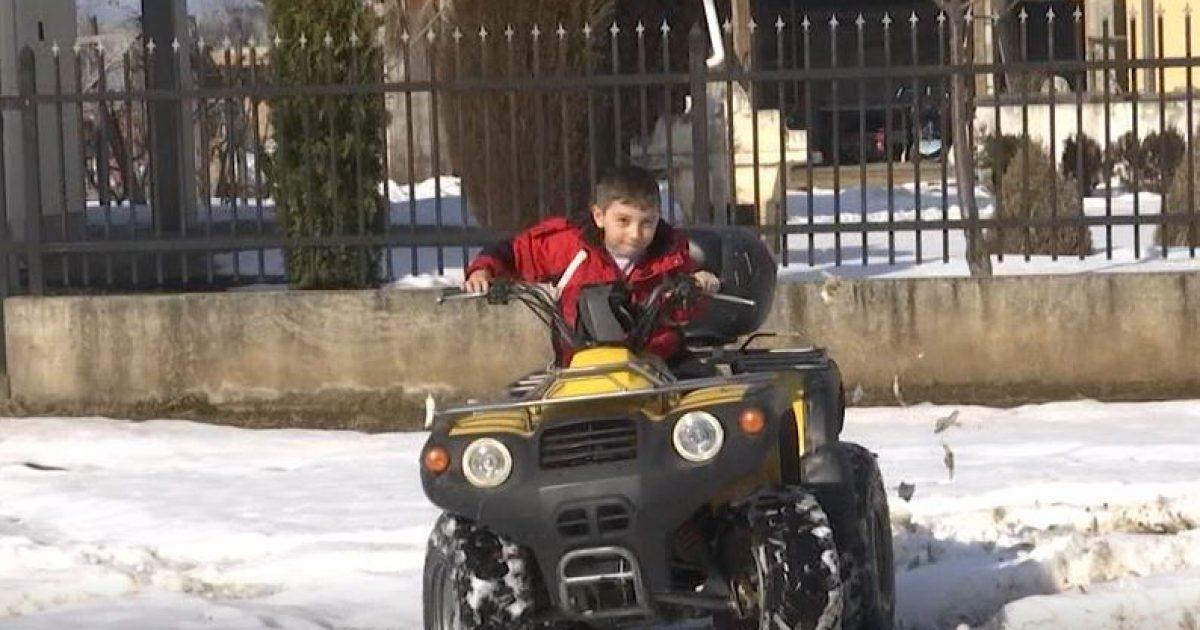 Leon Zenuni, 5-vjeçari që bën akrobacione me motor (Video)
