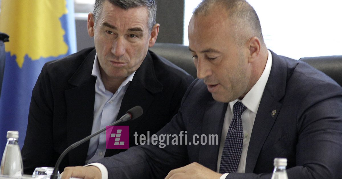 Analistët: Taksa përçan Haradinajn dhe Veselin, qeveria në krizë