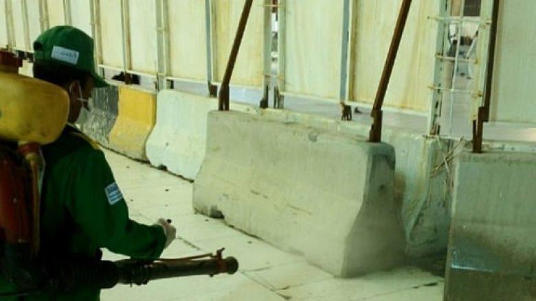 """Karkalecat """"pushtojnë"""" Mekën, pastruesit në luftë me to, në vendin më të shenjtë të Islamit (Video)"""