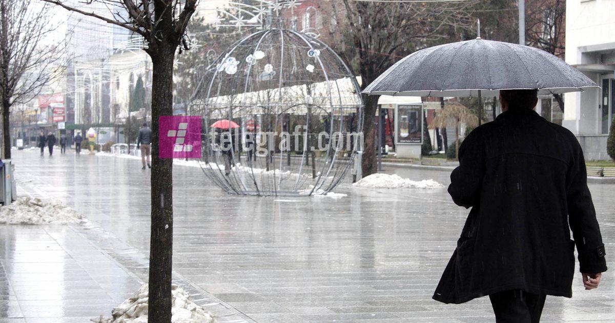 Ftohtë, reshje shiu dhe bore
