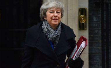 Qeveria e Theresa May i mbijeton votës së mosbesimit