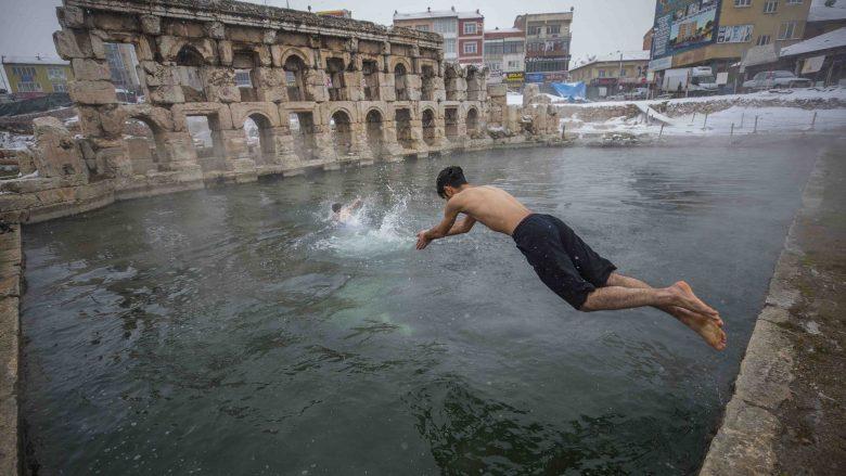 Të lahesh në pishinën dy-mijë-vjeçare, në shoqërim të reshjeve të borës (Foto)