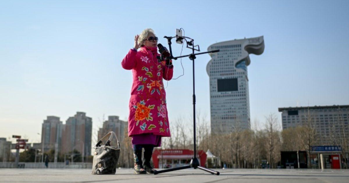 E moshuara këndon dhe transmeton pamjet Live në internet, fiton edhe para (Video)