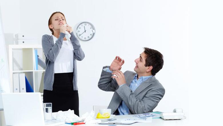 Distanca që duhet patjetër ta mbani nga personi i sëmurë që të mos ju infektojë me grip