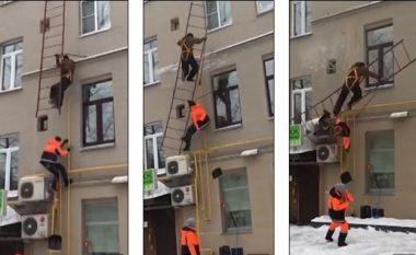 Ngjiten nëpër shkallët emergjente për ta pastruar borën në kulmin e ndërtesës, ato shemben dhe rrëzohen punonjësit rusë (Video)