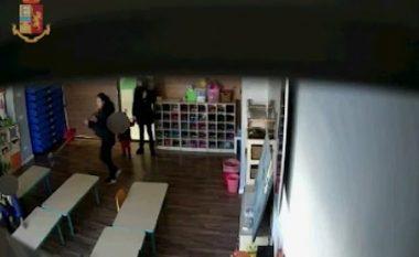 Kamerat e sigurisë filmojnë edukatoret kineze duke tërhequr zvarrë, rrahur e shqelmuar fëmijët në një çerdhe në Itali - arrestohen nga policia (Video, +18)
