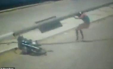 Fillimisht u përplas me veturë e më pas i ra shtylla elektrike mbi kokë, motoçiklistin indian e shpëton helmeta (Video, +18)