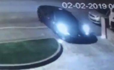 Shkuan për ta vjedhur Ferrarin 200 mijë funtësh, hajnat largohen duarthatë - nuk kanë ditur ta përdorin marshin për ta vënë në lëvizje veturën (Video)