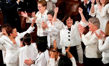 Momenti kur Donald Trump duartrokitet nga gratë në Kongresin Amerikan (Video)