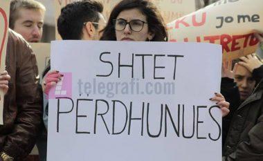Protesta kundër abuzimeve seksuale, kërkohet dorëheqja e drejtorit të policisë Rashit Qalaj (Foto/Video)