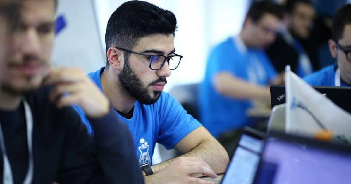 Studenti kosovar, Emin Emini ndërton dhe programon pasqyrën e mençur (Video)